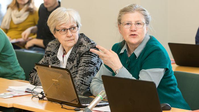 Das Bild zeigt Martina Emsel bei einer Senatssitzung.