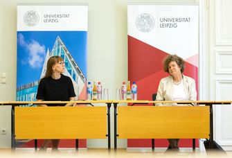 Demokratieministerin Katja Meier mit Rektorin Prof. Dr. Beate Schücking.