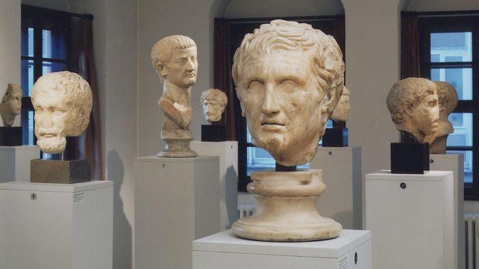Marmorporträts griechischer Dichter und Denker, eines römischen Kaisers und von Privatpersonen.