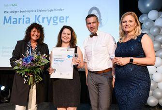 Das Foto zeigt Maria Kryger (2.v.l.). Sie erhielt 2019 den Sonderpreis Technologiemittler. Das Foto zeigt sie bei der Preisverleihung mit Prof. Dr. Cornelia Zanger (TU Chemnitz), Staatsminister Martin Dulig und Marina Heimann (futureSAX, von links).