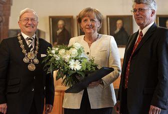 Das Foto Am 3. Juni 2008 erhielDas Foto zeigt Angela Merkel mit dem damaligen Rektor der Universität Leipzig, Prof. Dr. Franz Häuser (li.), und dem damaligen Dekan der Fakultät für Physik und Geowissenschaften, Prof. Dr. Tilman Butz.