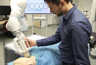 Am ICCAS entwickelter Demonstrator eines Robotersystems für die kombinierte Ultraschall-Radiotherapie, bestehend aus einem Kuka LBR Med-Roboterarm mit aufgesetztem Behandlungskopf.