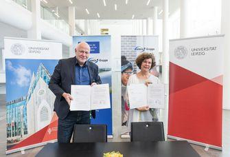 Prof. Dr. Beate Schücking, Rektorin der Universität Leipzig, und Ralf Hiltenkamp, enviaM-Vorstand Personal und Arbeitsdirektor, nach der Unterzeichnung des Kooperationsvertrages.