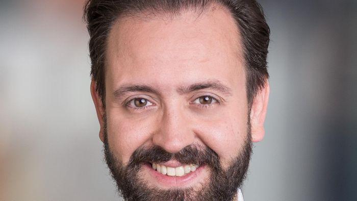 Zu sehen ist ein Portrait von Sebastian Gemkow