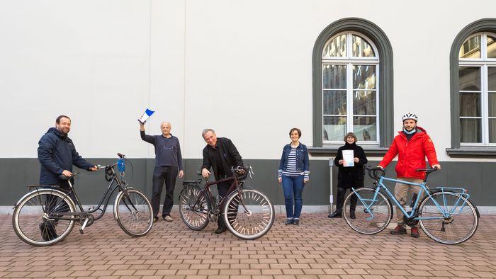 Stadtradeln: Auf dem Foto ist das Uni-Siegerteam Rektorat auf dem Ritterhof zu sehen, teilweise mit Fahrrädern.