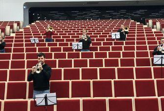 Sas Foto zeigt Mitglieder des Leipziger Universitätsorchesters beim Musizieren im Audimax (mit Abstand).