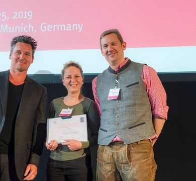 Dr Kathrin Landgraf receives the award for best abstract from conference president Professor Stephan Herzig and Professor Christian Wolfrum, editor of the journal Molecular Metabolism. Photo: HMGU © Helmholtz Zentrum München, Jan Roeder
