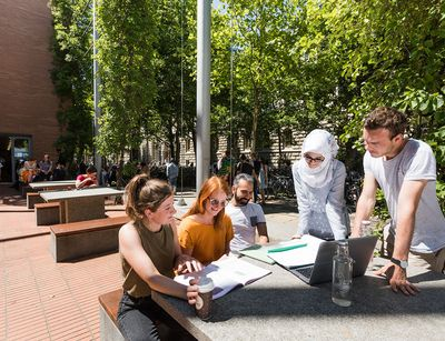 Gruppe internationaler Studierender auf dem Campus