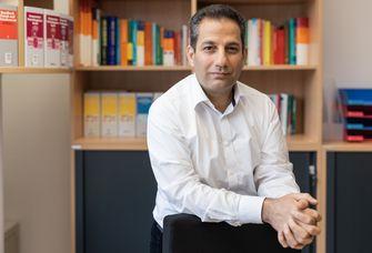 Auf dem Bild ist der Der neuberufene Professor Dr. Ahmad Hamedy zu sehen.