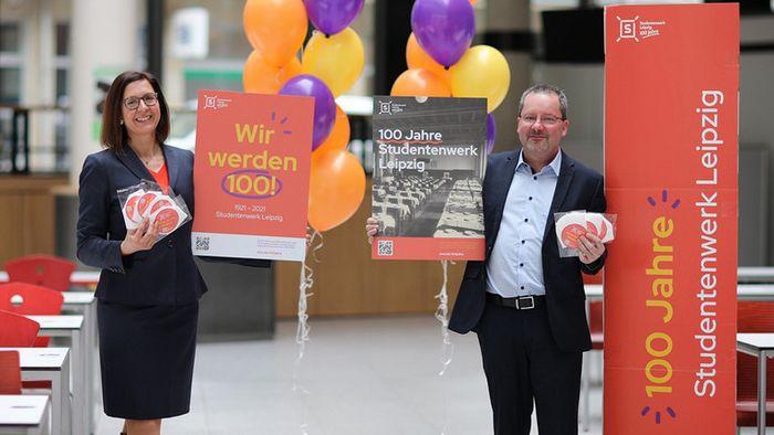 Die Geschäftsführerin des Studentenwerks Leipzig, Dr. Andrea Diekhof und der Abteilungsleiter Mensen und Cafeterien, Uwe Kubaile zum 100. Jubiläum des Studentenwerks Leipzig