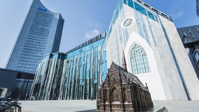 Foto: Blick auf das Paulinum und das Neue Augusteum mit dem Bronzemodell der alten Paulinerkirche im Vordergrund