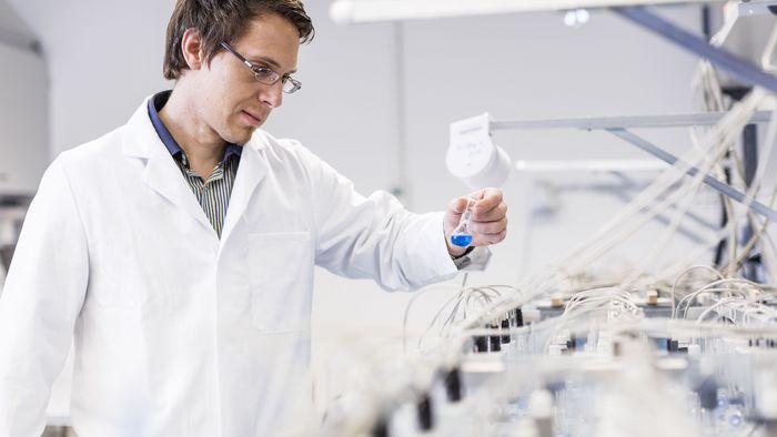 Das Foto zeigt Prof. Dr. Nico Eisenhauer im weißen Kittel im Labor.