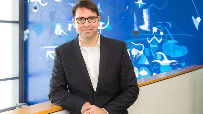 Auf dem Bild ist der neuberufene Professor Dr. Frank Edlich zu sehen.