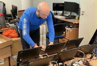 Sören Kümmeritz beim Einrichten der Laptops für Mitarbeitende, die ins Homeoffice gehen können. Foto: Thomas Luksch
