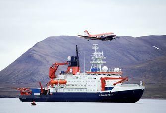 Das Forschungsfluzeug Polar 5 im Jahr 2015 beim Überfliegen des Forschungsschiffs Polarstern.