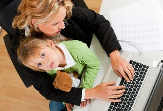Mutter arbeitet mit Kind am Laptop, Foto: Colourbox