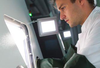 Auf dem Bild ist Dr. Ronny Baber, Leiter der Medical Biobank, bei seiner Arbeit zu sehen. Dr. Ronny Baber, Leiter der Medical Biobank, bei seiner Arbeit.Quelle: Swen Reichhold