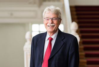 Hochschulratsvorsitzender Dr. Hans-Gerhard Husung im Treppenhaus des Rektoratsgebäudes.