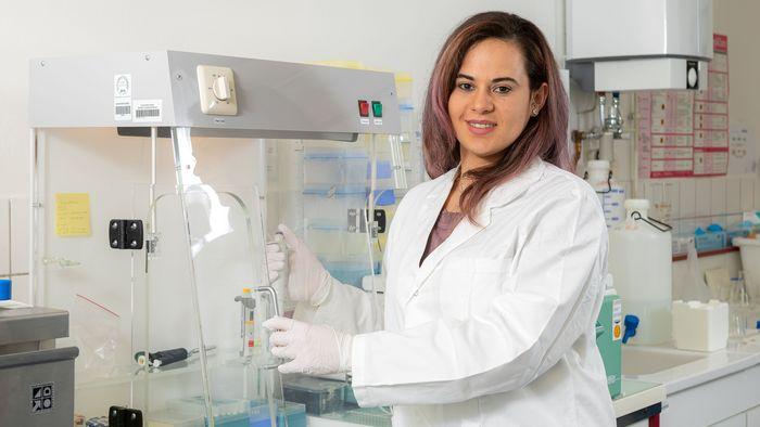 Auf dem Foto ist die junge Forscherin Denisse Dalgo im Labor zu sehen.