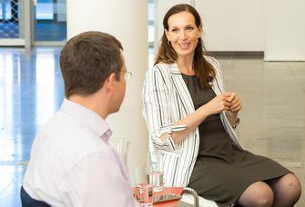 Das Bild zeigt Anita Lauter und Professor Hannes Zacher im Gespräch.