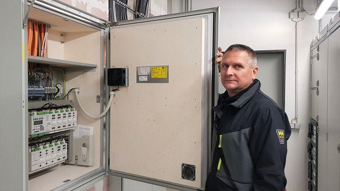 Auf dem Bikd ist der Elektriker Steffen Thiesler vor einem Trafoschrank zu sehen.