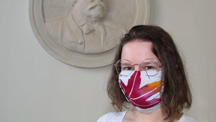 Die Übergabe der Behelfs-Masken fand symbolisch vor dem Relief von Dr. Ignaz Semmelweis (1818-1865) statt. Der Mediziner erkannte, wie wirksam Händewaschen eine rasche Ausbreitung von Infekten verhindern kann.