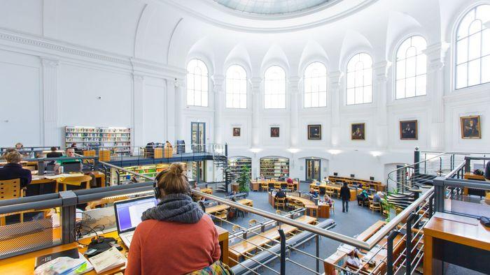 Foto: Studierende arbeiten im großen Lesesaal der Bibliotheca Albertina