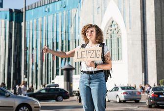 Studentin mit Leipzig-Schild vor dem Paulinum, Foto: Christian Hüller