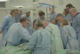 Wie wird Krebs effektiver bekämpft? Im Präparationssaal des Instituts für Anatomie der Universität Leipzig wird eine Schau-OP vorbereitet, um Ärztinnen und Ärzte aus aller Welt eine neue OP-Methode zu zeigen.