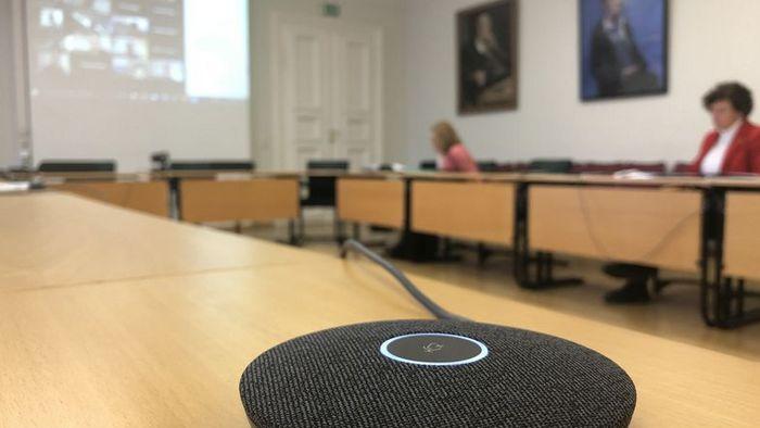 Das Bild zeigt einen Blick in den fast leeren Senatssaal der Uni Leipzig.