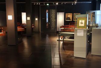 Das Bid zeigt die Ausstellung des Musikinstrumentenmuseums.