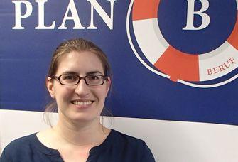 """Aufnahme von Anja Kobelt vor einem Banner des Projekts """"Plan B""""."""