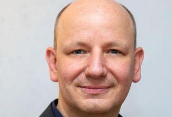Das Bild zeigt Prof. Dr. Oliver Decker.