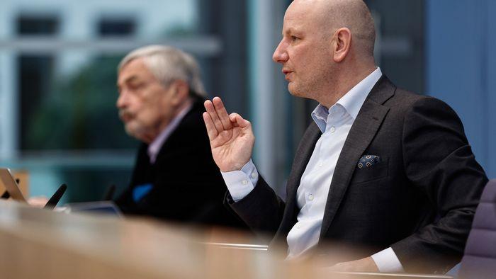 Prof. Dr. Oliver Decker (r.) und Prof. Dr. Elmar Brähler in der Bundespressekonferenz.