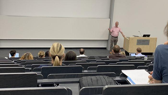Herr Professor Hofsäss steht im Hörsaal des BWZ und diskutiert mit den Anwesenden über das hybride Wintersemesterum hybriden Wintersemester, Foto: Susann Huster