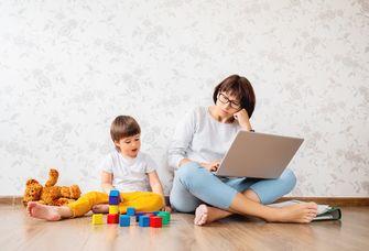 Das Bild zeigt eine Situation im Lockdown: Homeoffice mit Kind.