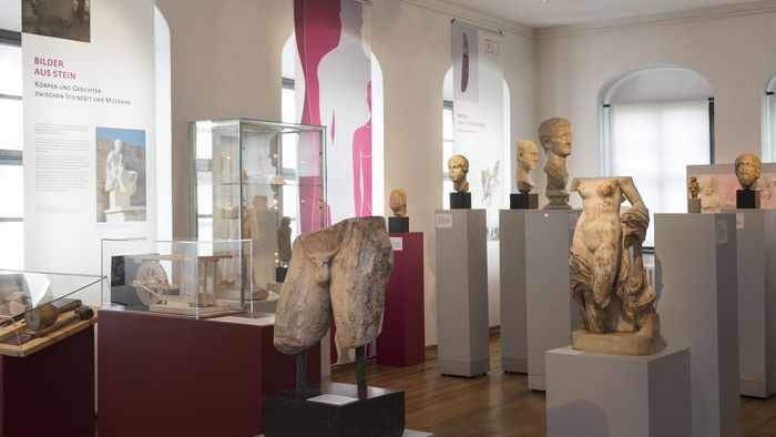 """Das Bild zeigt einen Blick in die Blick in die Ausstellung """"Steinreich""""."""