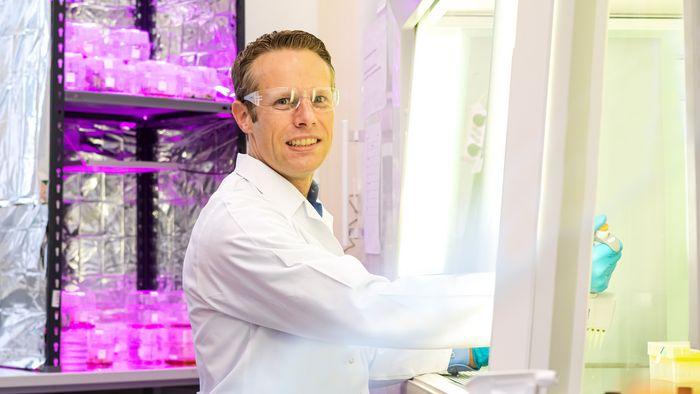 Das Bild zeigt Dr. Torben Schiffner im Labor.