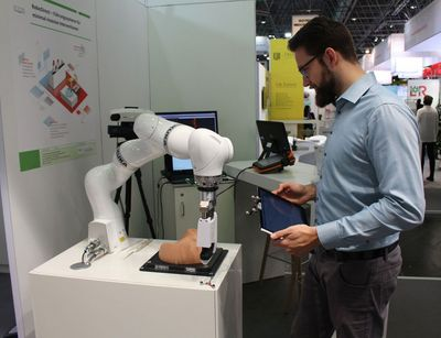 Richard Bieck demonstriert das System RoboDirect auf der MEDICA 2017. Foto: ICCAS