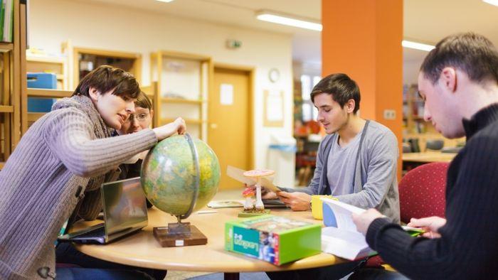 Studenten der Erziehungswissenschaft in der Lernwerkstatt.