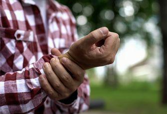 Am häufigsten kommt es zur rheumatoiden Arthritis, die mit Schmerzen in den Gelenken einhergeht.