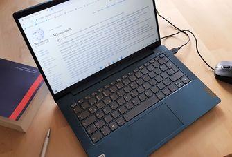 """Das Bild zeigt einen Laptop, auf dem der Wikipedia-Eintrag """"Wissenschaft"""" zu sehen ist-"""