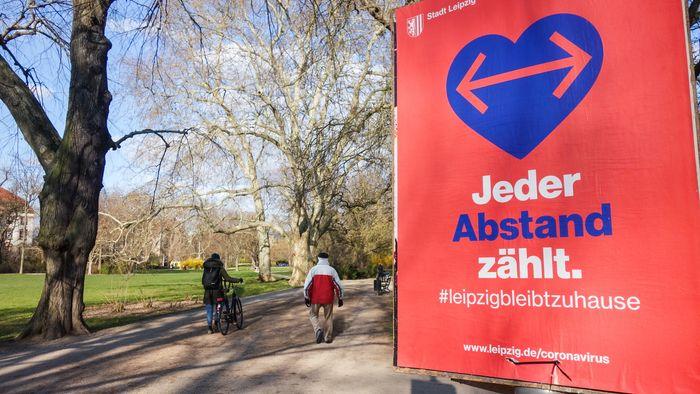 Plakat in einem Leipziger Park, aufgenommen im März 2020.