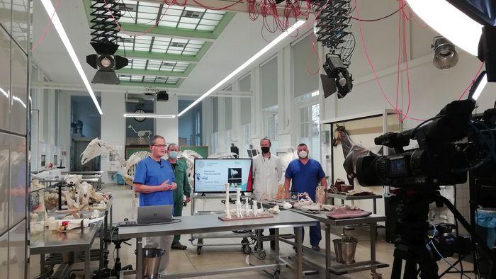 Bei den Aufnahmen zu Video in der Veterinärmedizinischen Fakultät.