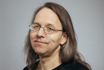 Auf dem Bild ist der Sprachwissenschaftler Prof. Dr. Jochen Trommer zu sehen.