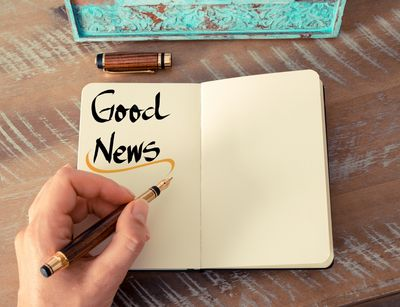 "Foto: Notitzheft mit den Worten ""Good News"""
