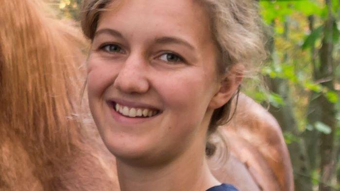 Auf dem Bild ist die Studentin Malin Bültje neben einem Pferd zu sehen.